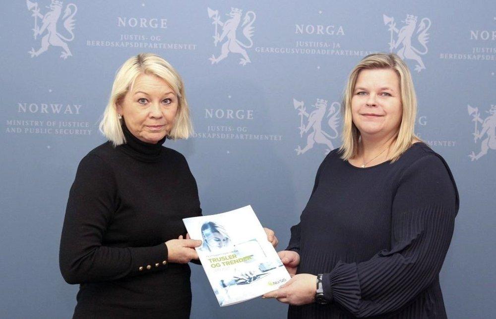 Klikk på bildet for å forstørre. FIKK RAPPORT: Justisminister Monica Mæland fikk tirsdag overrakt NorSIS-rapporten om de største digitale truslene. Til høyre NorSIS' administrerende direktør, Peggy Heie.