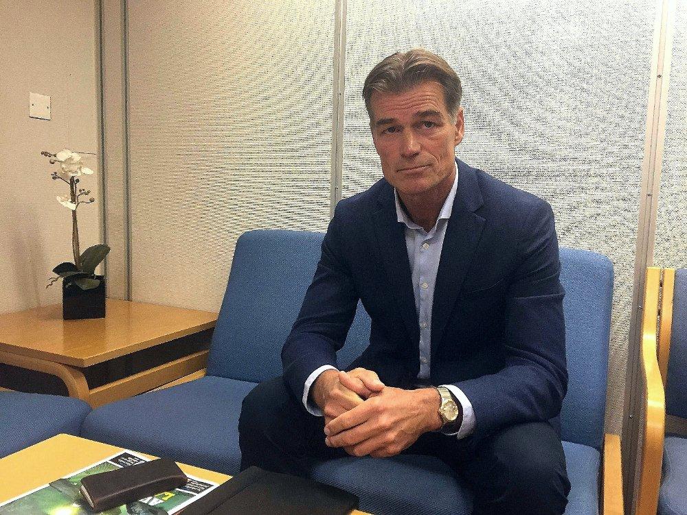Klikk på bildet for å forstørre. Avgått direktør i Molde, Øystien Neerland, sitter på en stol på gangen før han skulle inn i retten og vitne da rettssaken mot Babacar Sarr gikk i Romsdal tingrett i Molde i august 2018.