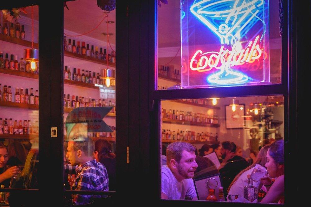 Klikk på bildet for å forstørre. People drinking cocktails in a club in Soho, London . London, UK - March, 2018. People drinking cocktails in a club in Soho. Landscape format.