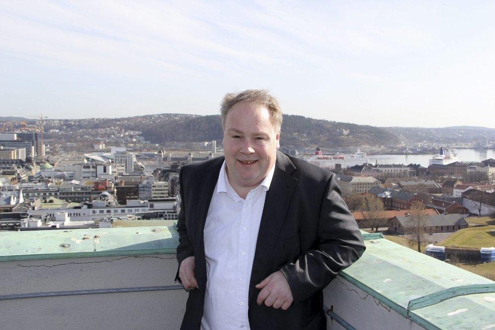 Klikk på bildet for å forstørre. Bård Folke Fredriksen på verandaen i Oslo rådhus