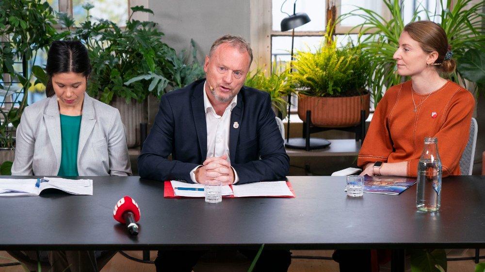 Klikk på bildet for å forstørre. Oslo 20191022. F.v.: Lan Marie Berg fra Miljøpartiet de Grønne, Raymond Johansen fra Arbeiderpartiet og Sunniva Holmås Eidsvoll fra Sosialistisk Venstreparti under pressekonferansen om byrådsforhandlingene i Oslo.