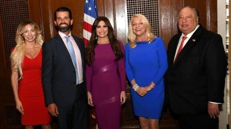 Klikk på bildet for å forstørre. Her er Andrea Catismatidis sammen med Donald Trump jr. og hans kjæreste Kimberly Guilfoyle på et arrangement i 2019 med Manhattan Republican Party. Til høyre på bildet kan man se hennes foreldre, mangemilliardæren John Catsimatidis og kona Margo Vonderstaar Catsimatidis.