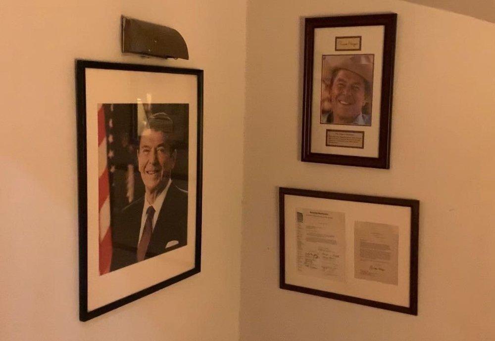 Klikk på bildet for å forstørre. - Delstaten New York har ikke stemt på en republikaner siden presidentvalget i 1984, da Reagan vant 49 delstater, sier USA-eksperten Hilmar Mjelde. Disse bildene av Ronald Reagan og et signert dokument av ham, henger fortsatt på en av hedersplassene inne på Metropolitan Republican Club på Manhattan.