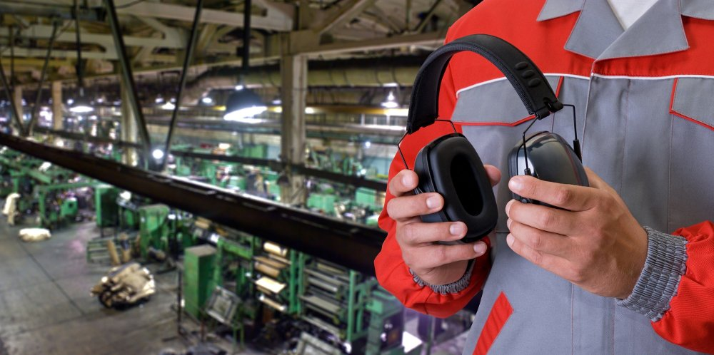 Klikk på bildet for å forstørre. Worker Worker with protective headphone at man hands at industrial factory