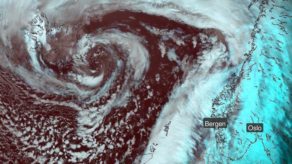 Klikk på bildet for å forstørre. LAVTRYKK: Et stormsenter ved Island gir lavtrykket som sørger for gråvær og vind i Norge de neste dagene.
