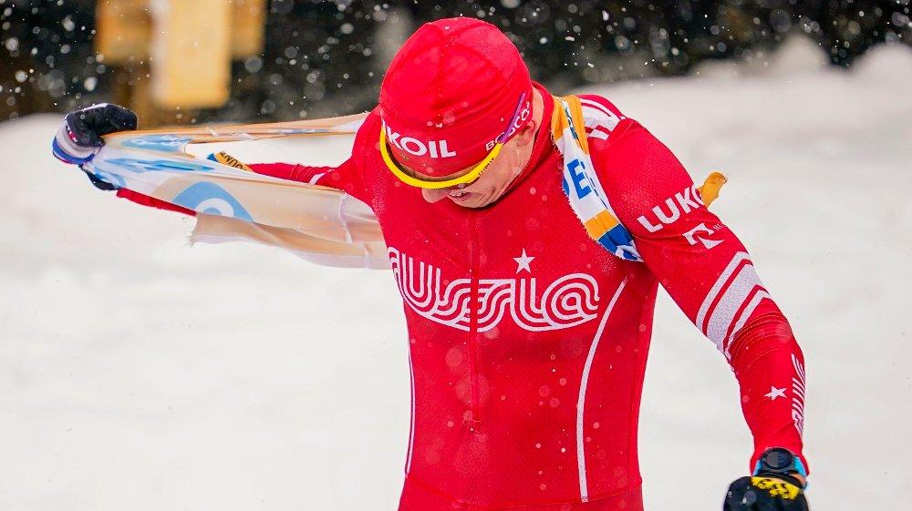 Klikk på bildet for å forstørre. Trondheim 20200223. Aleksandr Bolsjunov fra Russland river av seg trøya etter herrens avslutningsrenn i Ski Tour i Trondheim søndag.