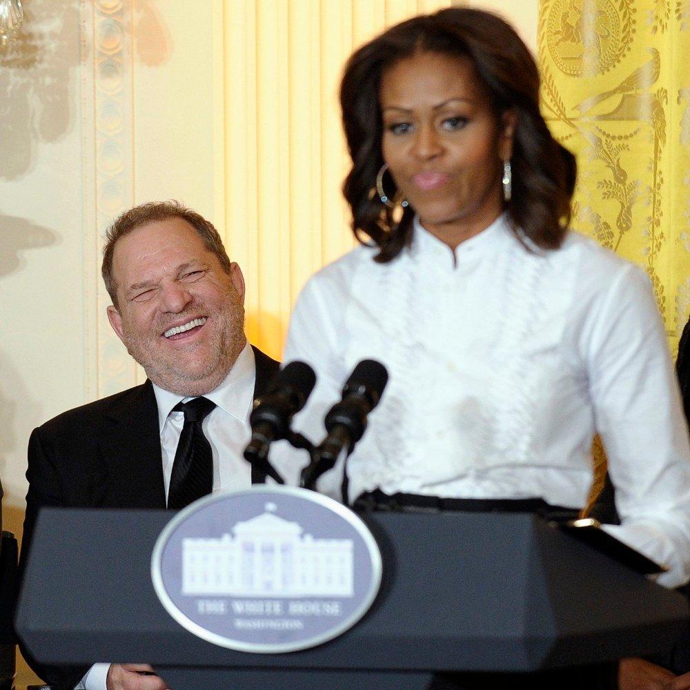 Klikk på bildet for å forstørre. Dette arkivbildet fra 2013 viser Michelle Obama og Harvey Weinstein på Det hvite hus. Både Michelle Obama og Barack Obama har tidligere tatt kraftig avstand fra Weinstein og det han har gjort