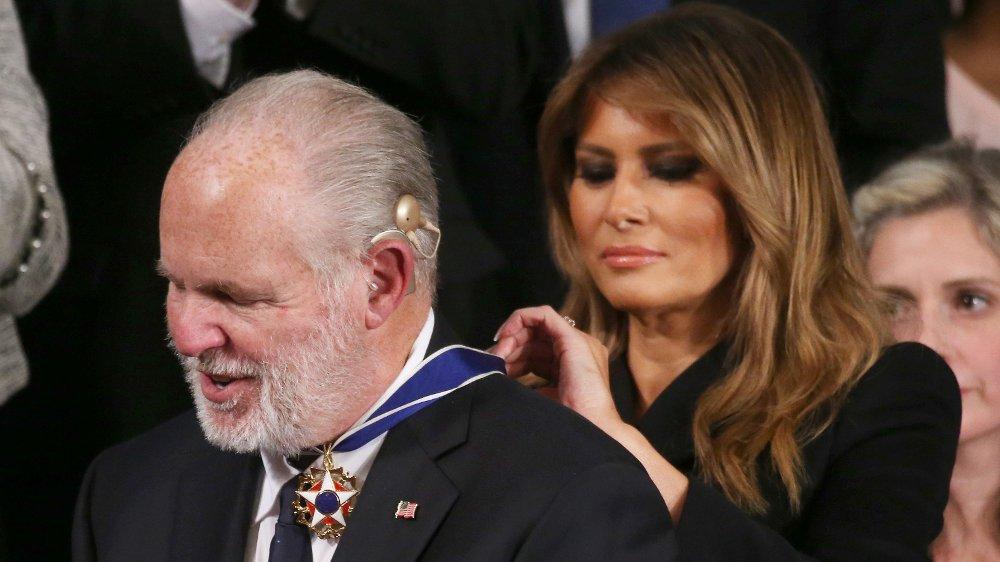 Klikk på bildet for å forstørre. Her får Rush Limbaugh USAs høyeste fortjenstmedalje, Medal of Freedom fra Melania Trump i begynnelsen av februar i år.