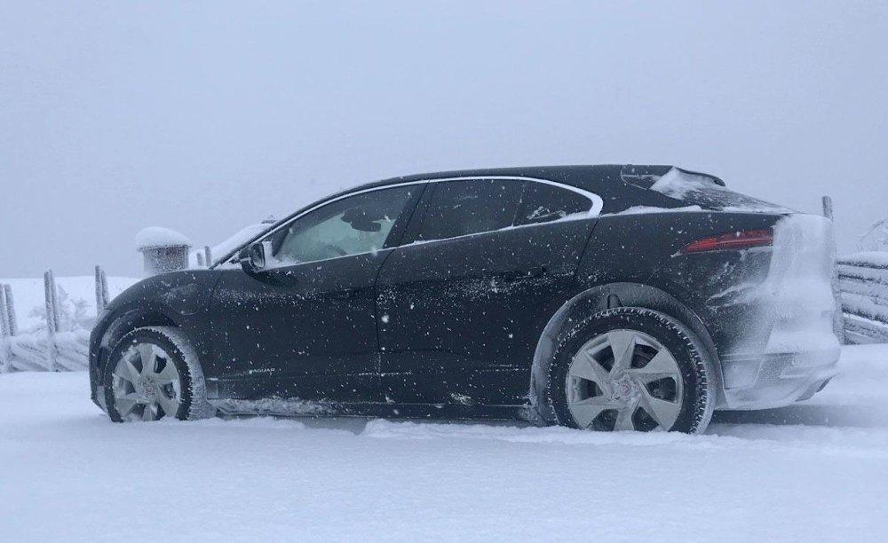 Klikk på bildet for å forstørre. Snøen legger seg fort på bakenden av bilen. Da blir også lyset dårligere.
