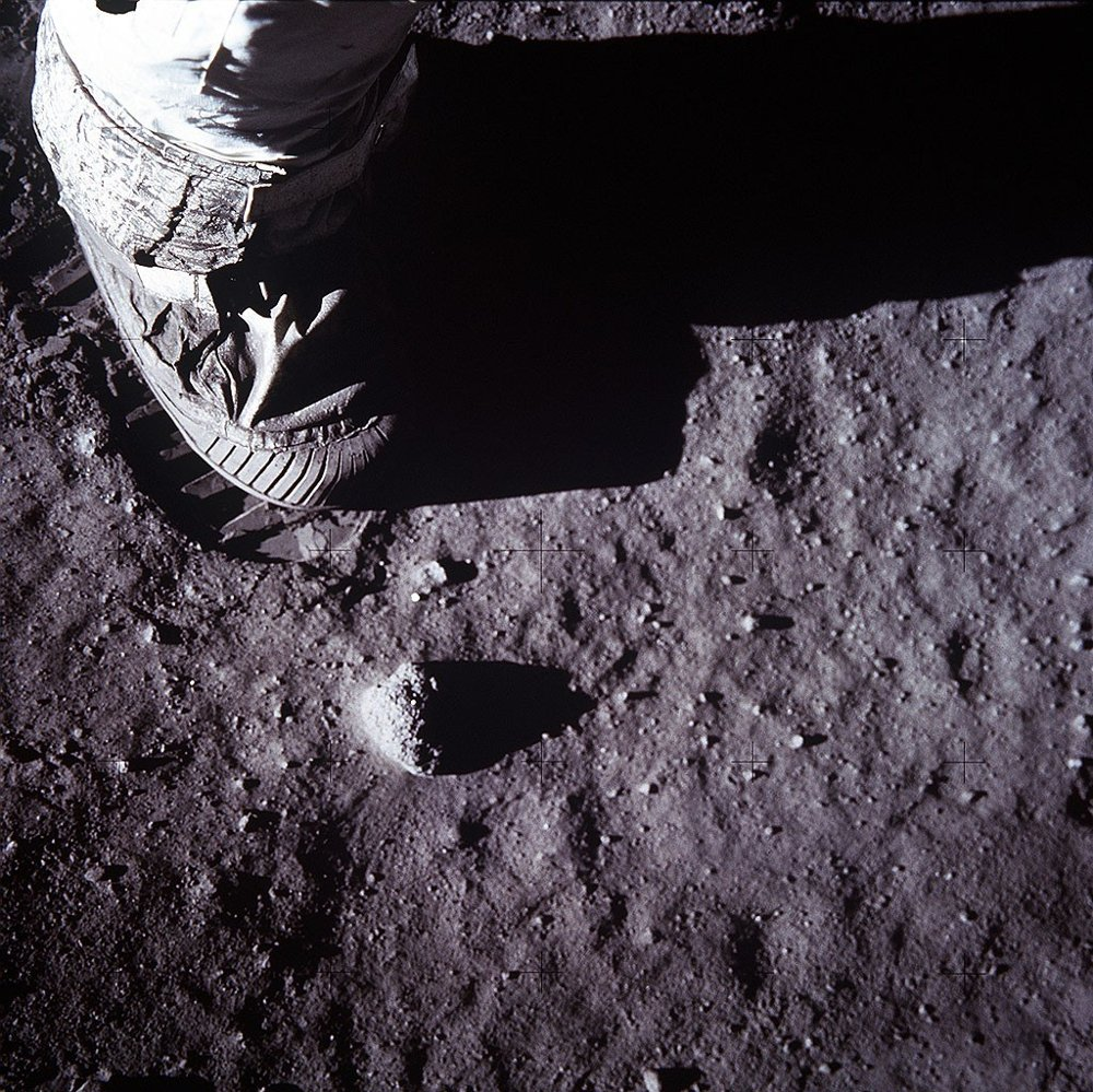 Klikk på bildet for å forstørre. A close-up view of an astronaut's foot and foot print in the lunar soil is photographed with a 70mm lunar surface camera July 20, 1969 during the Apollo 11 lunar surface extravehicular activity . The 30th anniversary of the Apollo 11 Moon mission is celebrated July 20, 1999.
