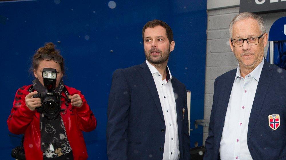 Klikk på bildet for å forstørre. KOMMUNIKASJONSSJEF: Yngve Haavik sammen med landslagssjef Lars Lagerbäck.