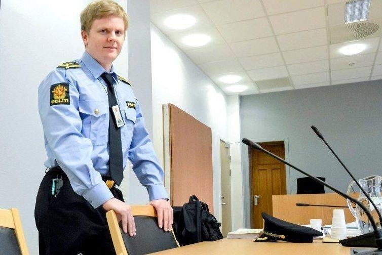 Klikk på bildet for å forstørre. Politiadvokat Fredrik Borg Johannessen står med politiuniform inntil en stol i retten og ser i kamera (arkivfoto).