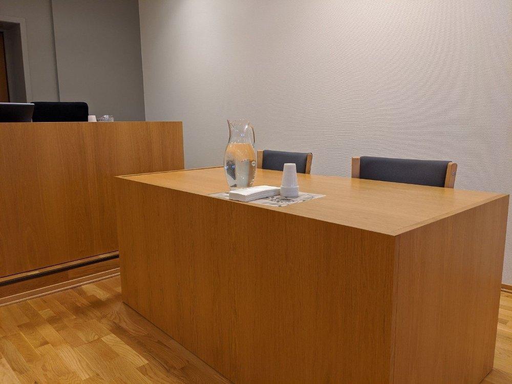 Klikk på bildet for å forstørre. Bilde av tom pult. Den tiltalte mannen skulle sittet her, men møtte ikke opp under rettssaken.