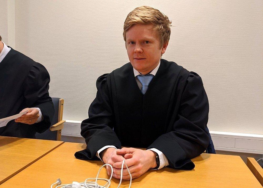 Klikk på bildet for å forstørre. Politiadvokat Fredrik Borg Johannessen i Vestfold tingrett i Larvik. Sitter på pulten sin med advokatkappe. Ser i kamera.