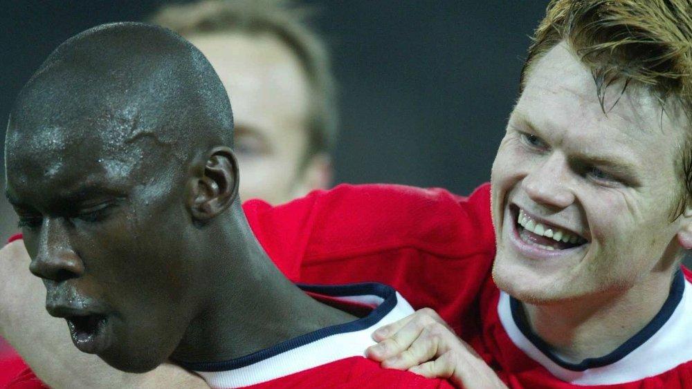 Klikk på bildet for å forstørre. JUBEL: Pa-Modou Kah scoret kampens eneste mål da Norge slo Østerrike sist lagene møttes. Her feirer han scoringen med John Arne Riise.