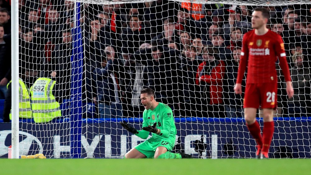 Klikk på bildet for å forstørre. Liverpool goalkeeper Adrian appears dejected after he fails to stop Chelsea's Willian scoring his sides first goal of the game during the FA Cup fifth round match at Stamford Bridge, London.