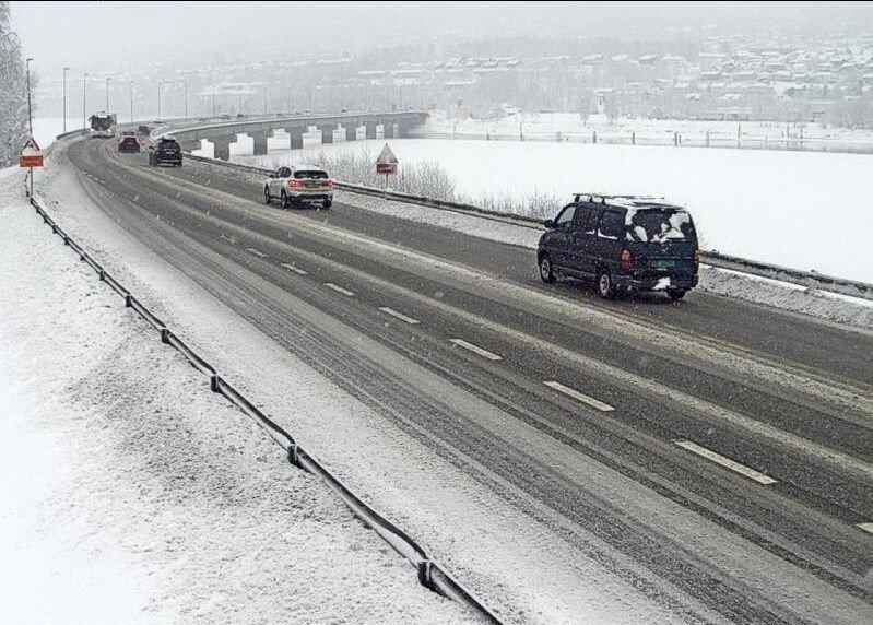 Klikk på bildet for å forstørre. Snødrev og vinterføre på E6 på Vingnes ved Lillehammer onsdag morgen.