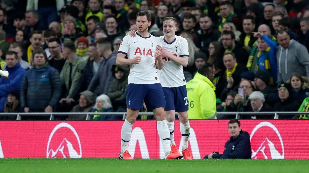 Klikk på bildet for å forstørre. Tottenham's Jan Vertonghen, left, celebrates with his teammate Oliver Skippafter after scoring his side's opening goal during the English FA Cup fifth round soccer match between Tottenham Hotspur and Norwich City at Tottenham Hotspur stadium in London Wednesday, March 4, 2020.