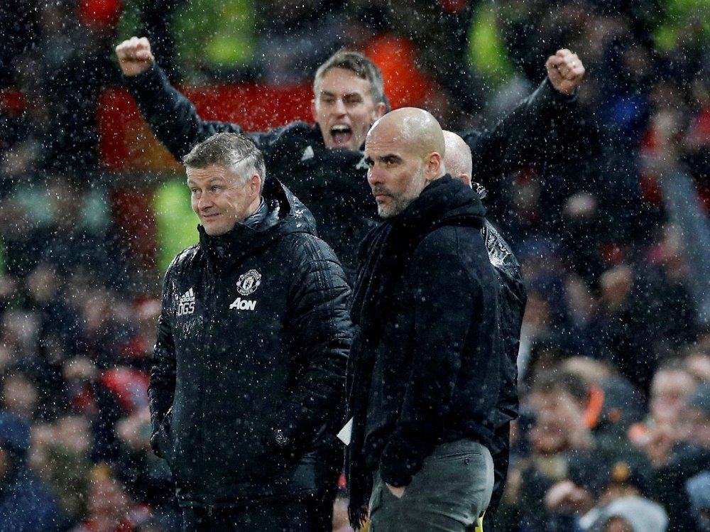 Klikk på bildet for å forstørre. REGNTUNGT: Ole Gunnar Solskjær og Pep Guardiola med en jublende Kieran McKenna i bakgrunnen.