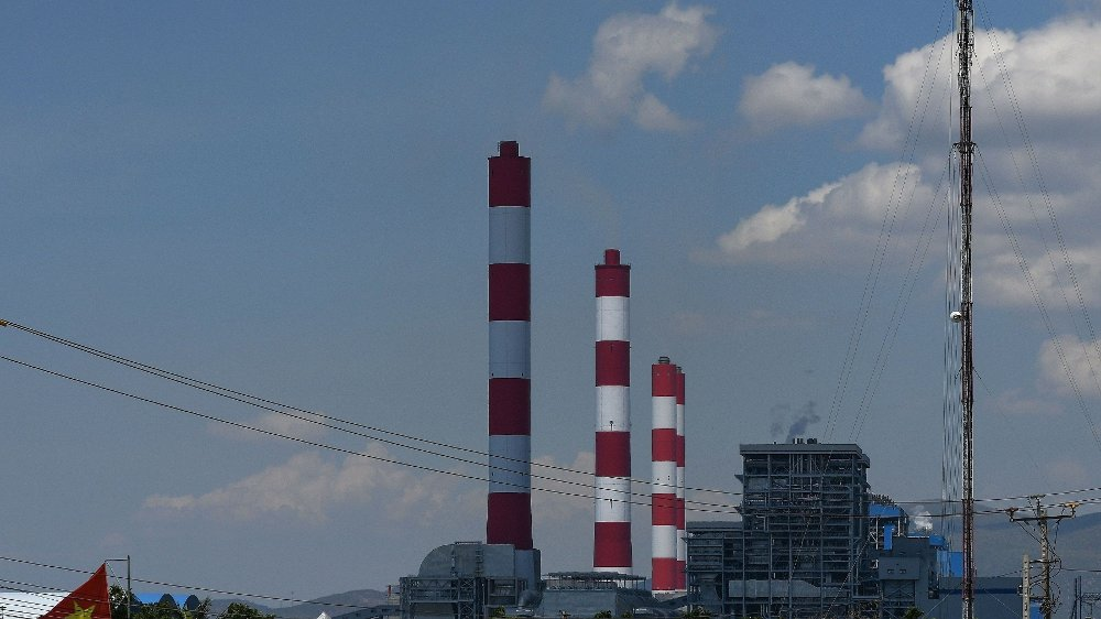 Klikk på bildet for å forstørre. This photograph taken on April 23, 2019 shows the Vinh Tan coal power plant in southern Vietnam's Binh Thuan province. - For power-hungry Vietnam, coal is for now cheaper, more reliable and more familiar than renewables, which currently provide less than one percent of the country's power generation. That number will inch upward to 2.3 percent by next year, according to Vietnam's power plan, with private investment already rushing to fund wind and solar projects. / TO GO WITH Vietnam-climate-energy-coal, FEATURE by Tran Thi Minh Ha with Jenny Vaughan
