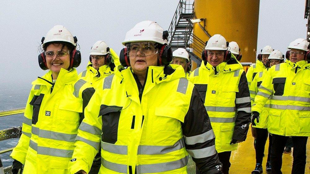 Klikk på bildet for å forstørre. I GULT: Plattformasjef Elin Marie Halvorsen, statsminister Erna Solberg og Stavangerordfører Kari Nessa Nordtun er tilstede på Johan Sverdrup.