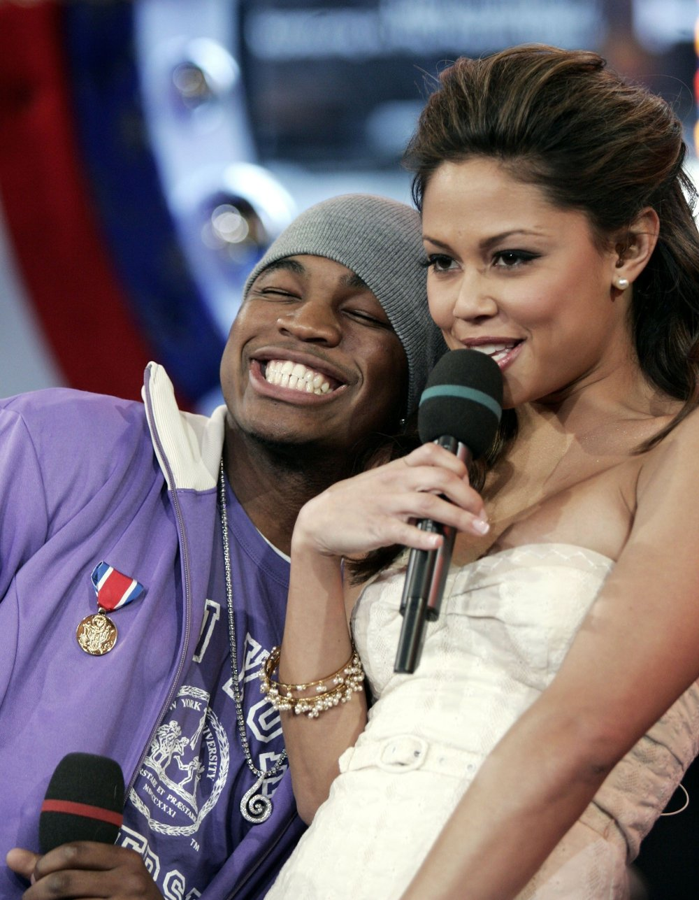 Klikk på bildet for å forstørre. Singer Ne-Yo, left, appears on stage with MTV host Vanessa Minnillo during MTV's