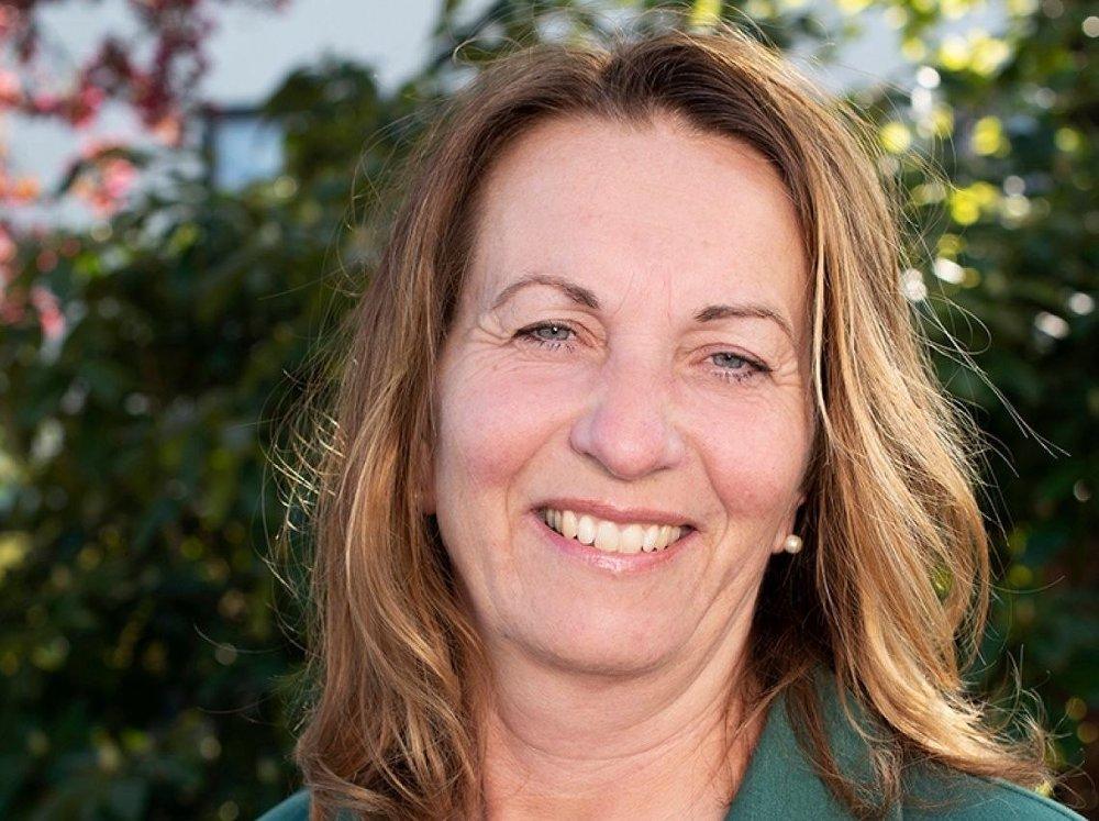 Klikk på bildet for å forstørre. SYKEPLEIER: Varaordfører Dagny Sunnanå Hausken oppholder seg foreløpig på Tenerife i Spania, men sier hun er klar til å bidra som sykepleier så snart hun kommer hjem.