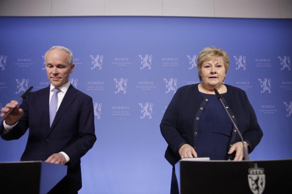 Klikk på bildet for å forstørre. Oslo 20200310. Statsminister Erna Solberg og finansminister Jan Tore Sanner på pressekonferanse , hvor de orienterer om den økonomiske situasjonen i lys av koronaviruset.