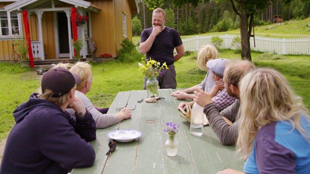 Klikk på bildet for å forstørre. TUNG BESKJED: Asgeir Borgermoen meddeler beskjeden om at han ønsker å forlate de andre deltakerne under onsdagens episode av «Farmen kjendis».