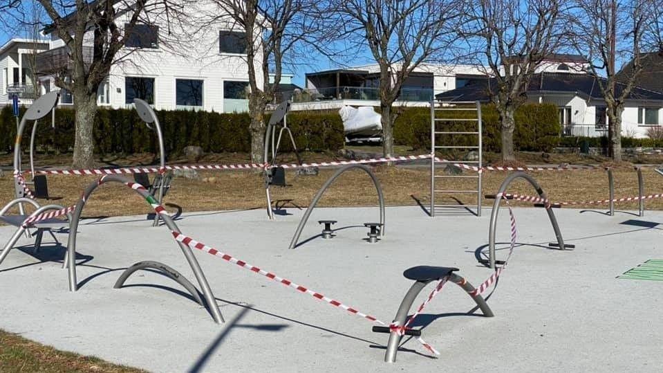 Klikk på bildet for å forstørre. Treningsapparatene ved den populære stranda Ringshaug i Tønsberg er sperret for bruk av velforeningen i området.