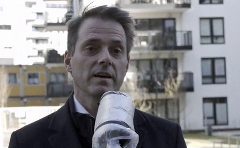 Klikk på bildet for å forstørre. Administrerende direktør i Virke, Ivar Horneland Kristensen, blir intervjuet. Mikrofonen er dettet over med plast og tape for å unngå smitte.