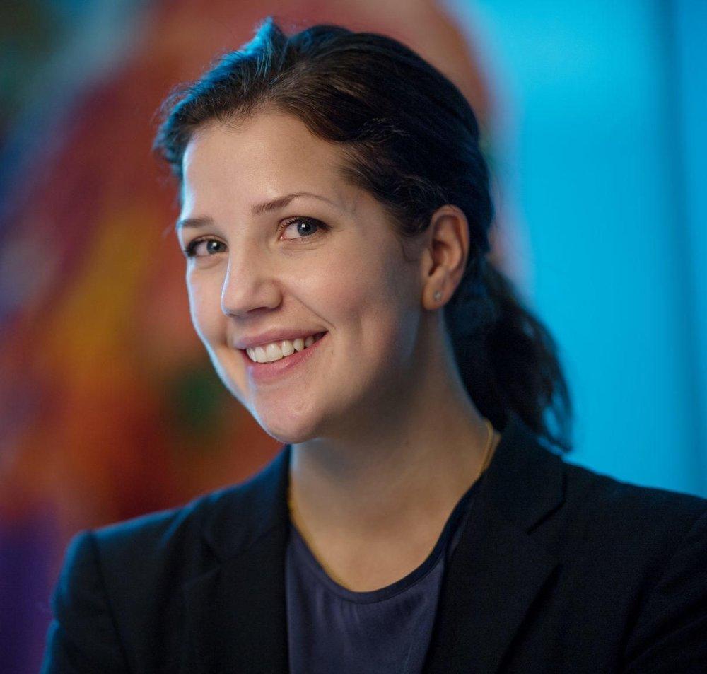 Klikk på bildet for å forstørre. Kommunikasjonsrådgiver Cecilie Skjennald i DNB. Halvnært bilde. Hun ser i kamera og smiler. Hun har svart hår, mørk blå bluse svart dressjakke.