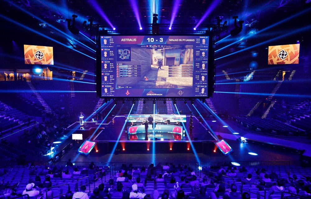 Klikk på bildet for å forstørre. n this Feb. 18, 2017, photo, Teams compete against each other playing Counter-Strike: Global Offensive during the Dreamhack Masters e-sports tournament at the MGM Grand Garden Arena in Las Vegas. A permanent 15,000 square-foot e-sports facility is scheduled to open in Las Vegas.