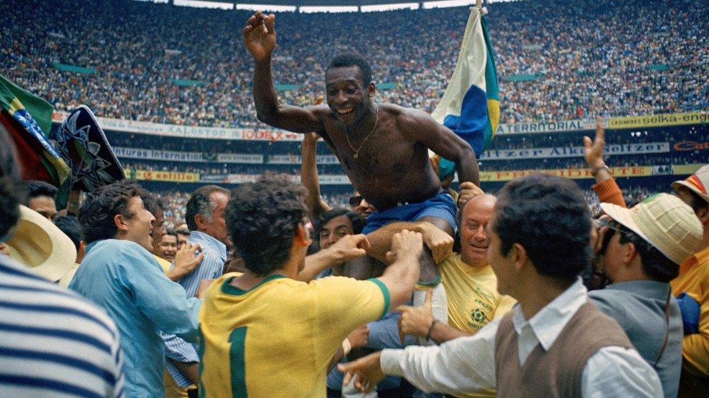 Klikk på bildet for å forstørre. KONGEN: Pelé feirer etter å ha vunnet sin tredje VM-tittel.