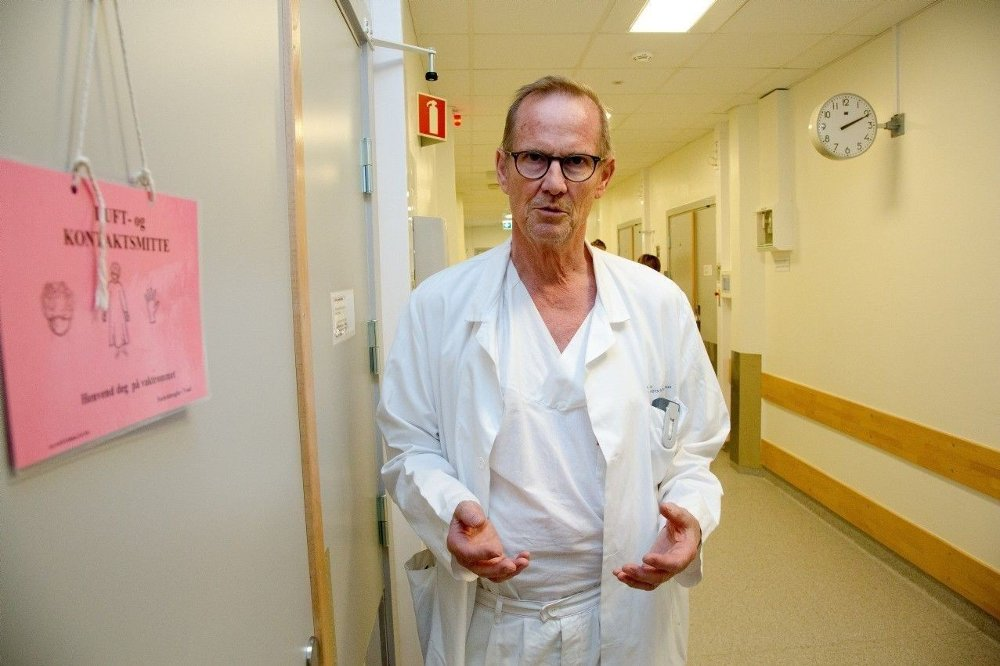 Klikk på bildet for å forstørre. BAKTERIE-EKSPERT: Professor Dag Berild på infeksjonsmedisinsk avdeling på Institutt for klinisk medisin ved Universitetet i Oslo er en av Norges fremste eksperter på resistente bakterier.