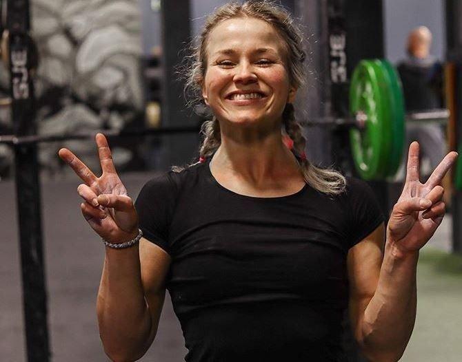 Klikk på bildet for å forstørre. CROSSFIT-UTØVER: Silje Emilie Tønnesen trener crossfit til vanlig og trener nå litt annerledes siden crosfitboksen er stengt.