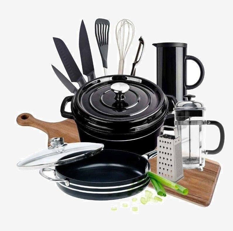 Klikk på bildet for å forstørre. Kjøkkenpakken inneholder støpejernsgryte, traktørpanne, skjærefjøl, knivsett, råkostjern, stekespade, ballongvisp, rotskreller, termokanne og presskanne.