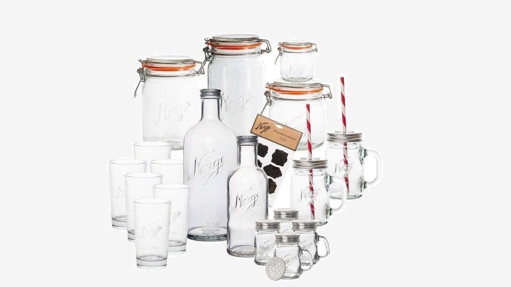 Klikk på bildet for å forstørre. Norgesglasspakken inneholder Norgesglass med hengslelokk på 0,1 liter, 0,4 liter, 0,7 liter og 1 liter, krittetiketter til Norgesglass, 4 stk mini Seidel 80ml, 2 stk Seidelglass med sugerør, 6 stk kjøkkenglass 400ml, Norgesflasken 330 ml og Norgesflasken 750 ml