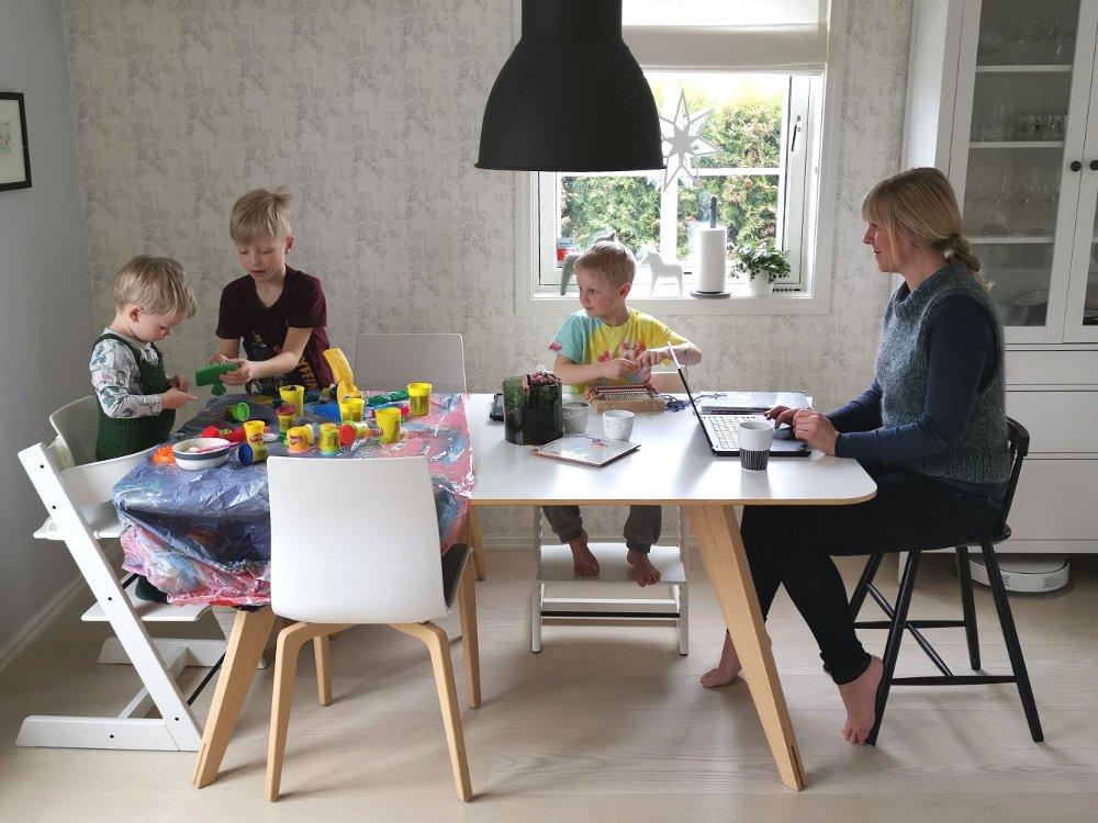 Klikk på bildet for å forstørre. Line og samboeren har hjemmekontor med guttene Axel .