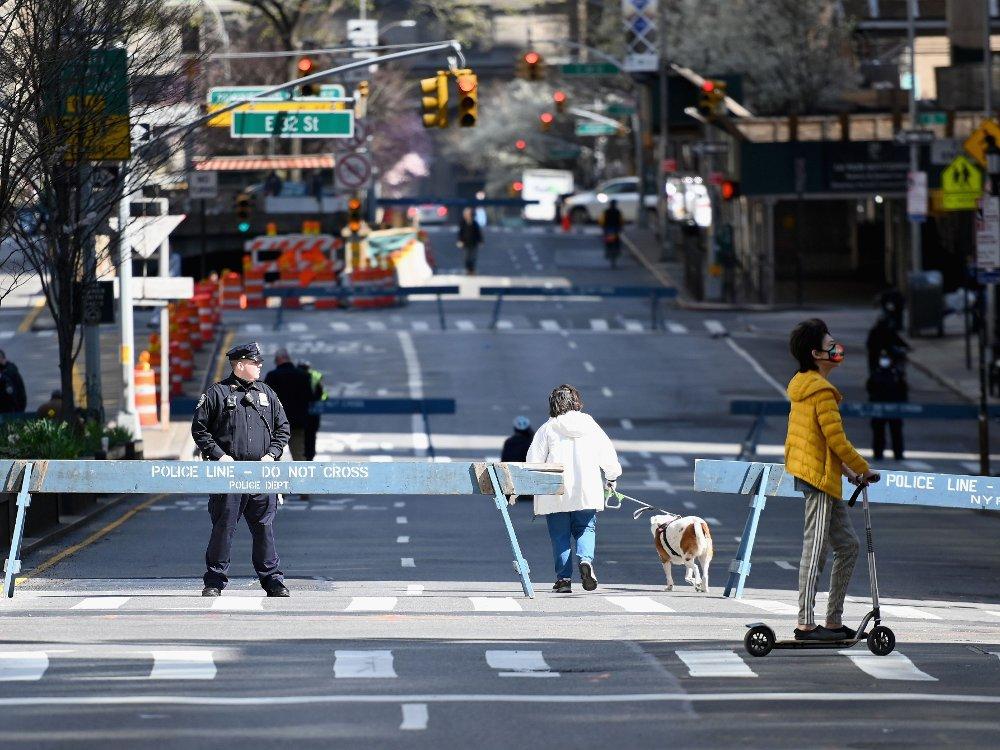 Klikk på bildet for å forstørre. FRISK LUFT: Folk beveger seg forsiktig utendørs i New York, her rundt Park Avenue som er stengt.