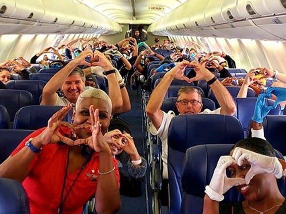 Klikk på bildet for å forstørre. Dette bildet er tatt av en ansatt i Southwest Airlines og viser helsearbeidere og andre passasjerer som tar av fra Atlanta på vei til New York i helgen. Om bord på flyet var 30 helsearbeidere fra Atlanta som alle skal til New York og hjelpe til med virusutbruddet.