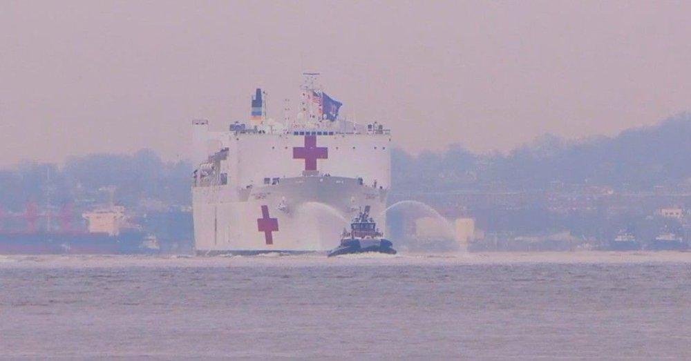 Klikk på bildet for å forstørre. Her ankommer USNS Comfort New York. USNS Comfort skal bistå med pasienter som ikke er rammet av koronaviruset.
