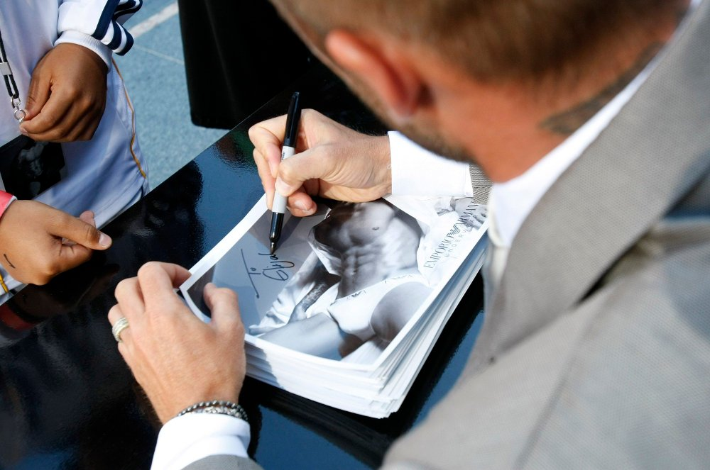 Klikk på bildet for å forstørre. David Beckham Los Angeles Galaxy's David Beckham autographs pictures of himself wearing his newest Emporio Armani underwear at the launch for the line at Macy's in San Francisco on Wednesday, June 18, 2008.