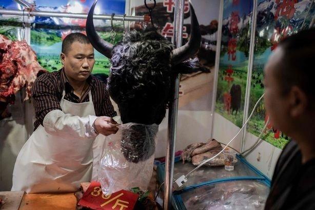 Klikk på bildet for å forstørre. Kinesisk marked hvor det selges oksehode.