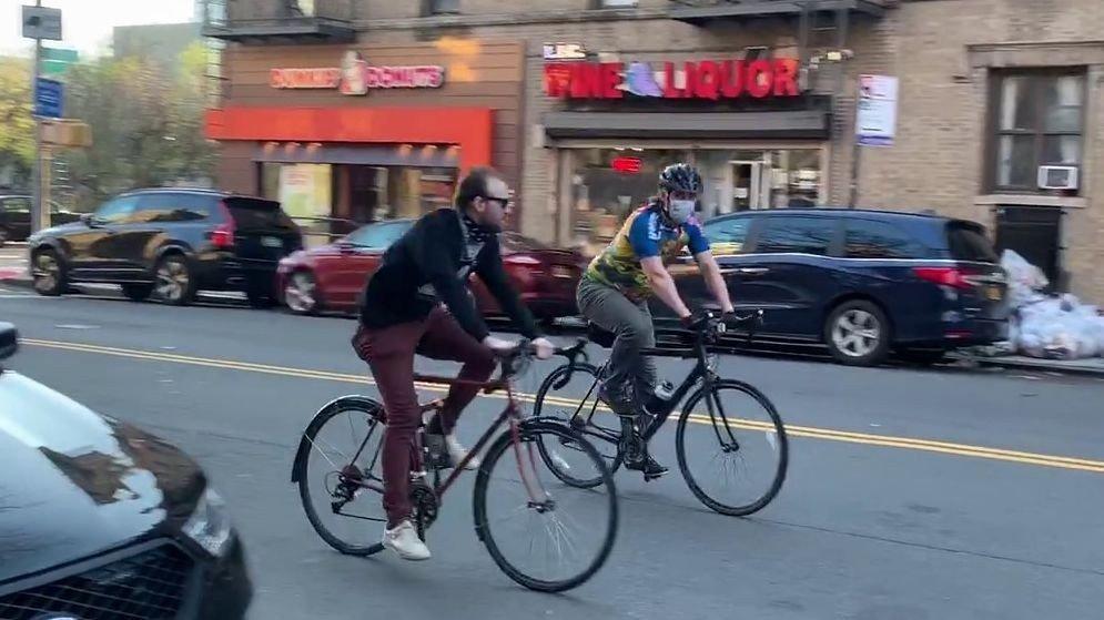 Klikk på bildet for å forstørre. Også syklister i New York har nå på seg masker.