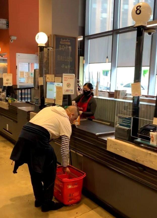 Klikk på bildet for å forstørre. Inne i matbutikken Foodcellar Market i Long Island City er det satt opp en vegg i plastikk for å beskytte de ansatte mot smitte.