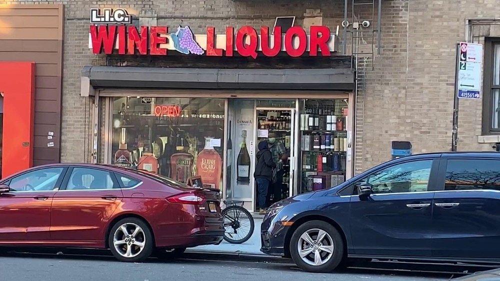 Klikk på bildet for å forstørre. Ved alkoholsalget LIC Wines & Liquors Inc. tar de nå ikke sjansen på å slippe inn folk i det hele tatt.