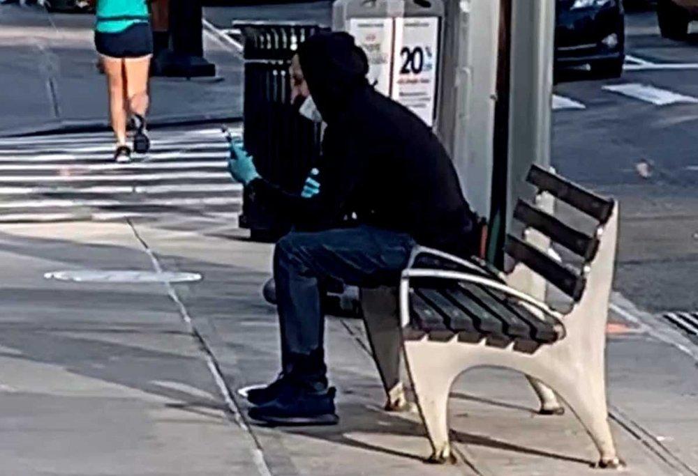 Klikk på bildet for å forstørre. Om man spaserer gatelangs ser man at de fleste enten går med en maske eller med et skjerf over munn og nese. Noen går også med hansker.