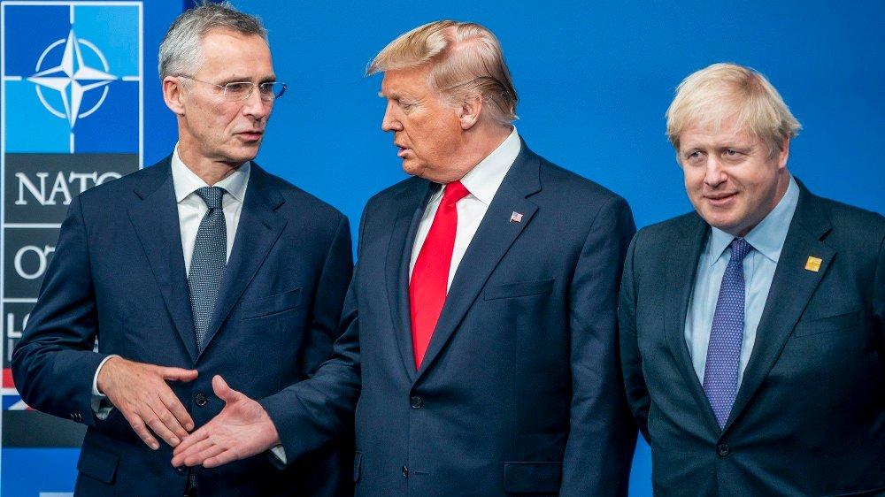 Klikk på bildet for å forstørre. President Donald Trumps fremste smittevernekspert, Anthony Fauci, mener at amerikanerne aldri bør håndhilse noen sinne igjen. Her er generalsekretær i NATO, Jens Stoltenberg, USAs president Donald Trump og Storbritannias statsminister Boris Johnson før NATO-toppmøte i Watford utenfor London i 2019.