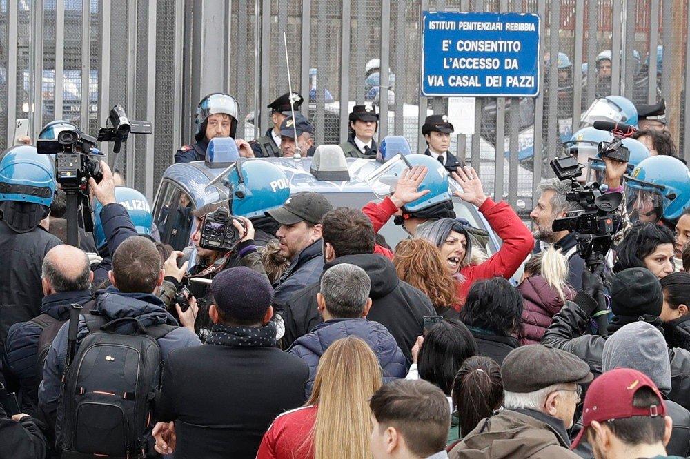 Klikk på bildet for å forstørre. Bildet viser opprørspoliti, et stort antall pressefolk og familie og venner av innsatte i Rebibbia-fengselet i Roma. Bildet er tatt utenfor fengselsportene. Det er antatt at Krekar sitter her.